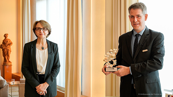 Ambassador Anne-Marie Descôtes presented the Léopold Griffuel Award to Professor Dr. Stefan Pfister at the French Embassy in Berlin.